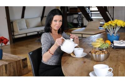 Tea And Squirt Time With Mom - Veronica Avluv - VR Porn - Image 9