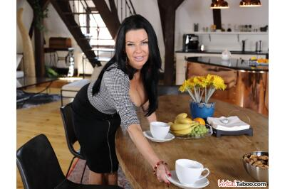 Tea And Squirt Time With Mom - Veronica Avluv - VR Porn - Image 10