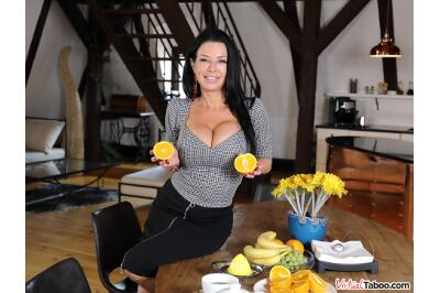 Tea And Squirt Time With Mom - Veronica Avluv - VR Porn - Image 3