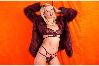 Mommy Modeling - Zoe Sparx - VR Porn - Image 1